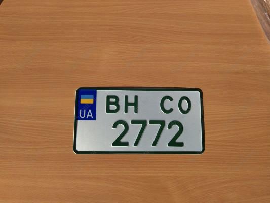 Зеленый квадратный номер на электромобиль
